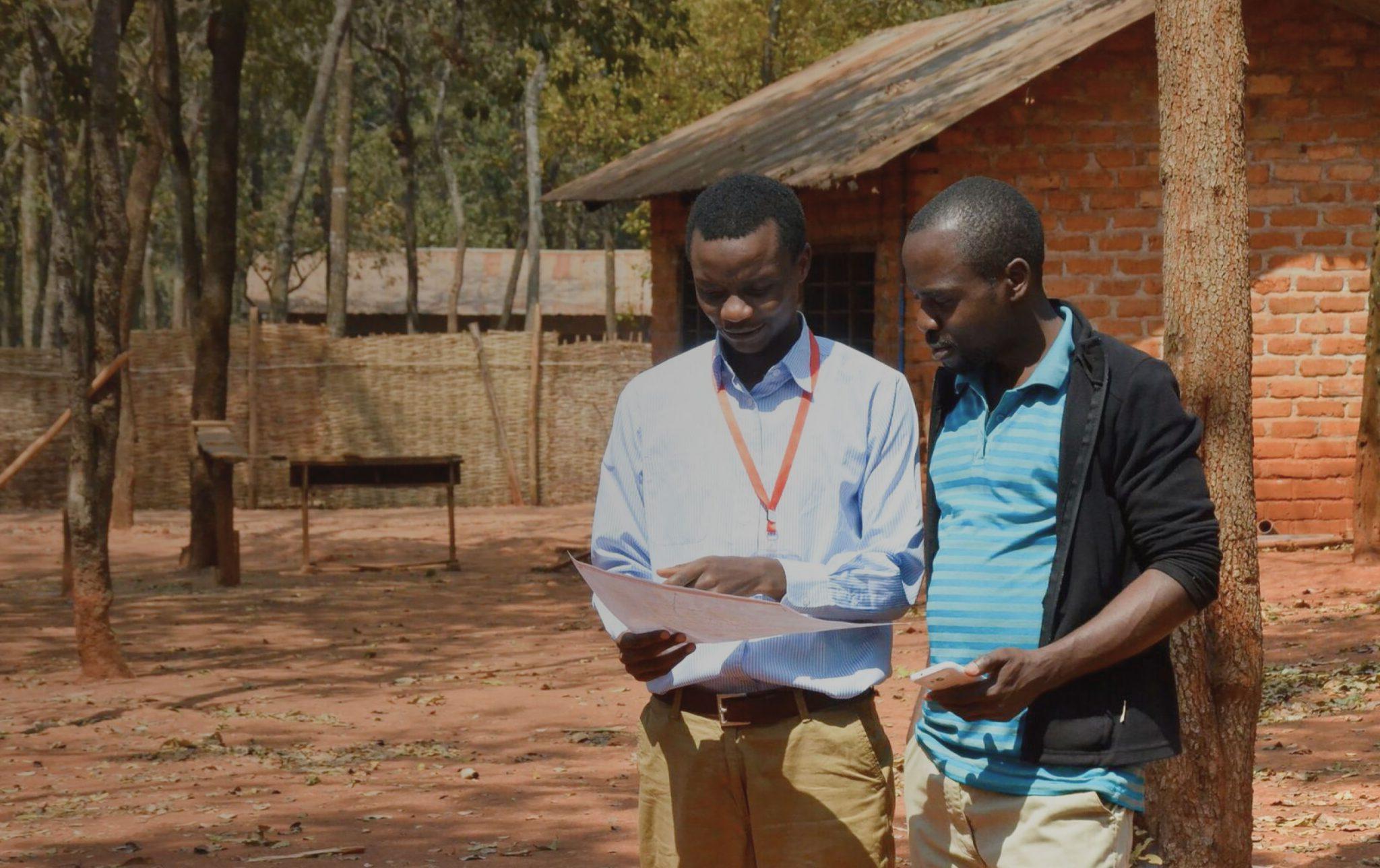 Deux hommes observent une carte.