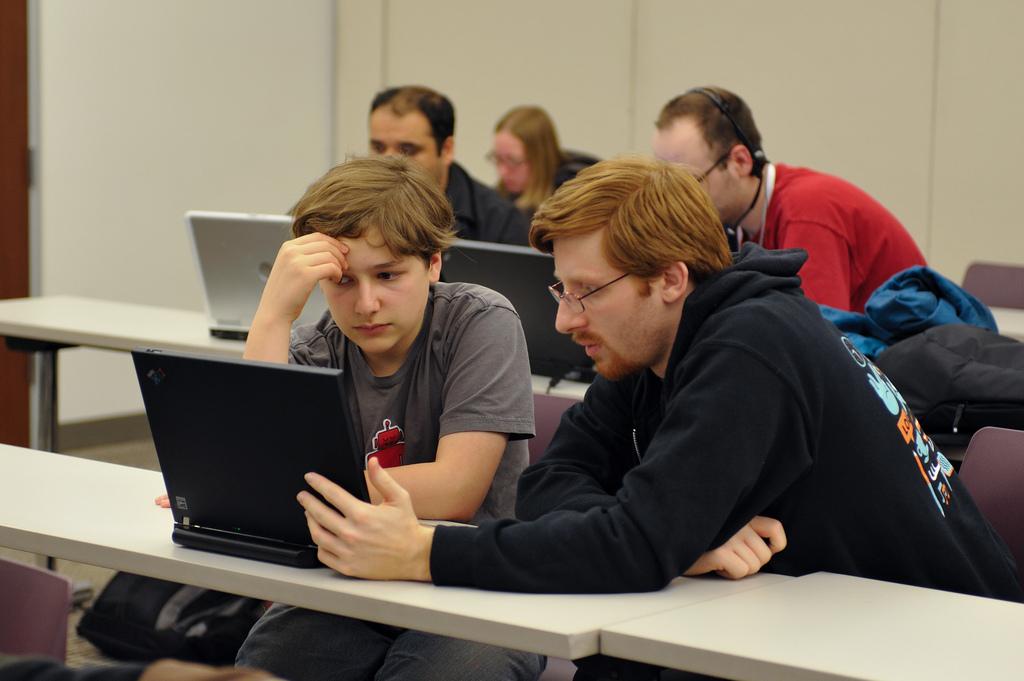 2 hommes concentrés sur un écran