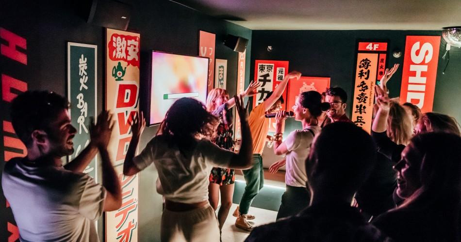 Photographie du Duke of Tokyo - quelques personnes chantant et s'amusant.