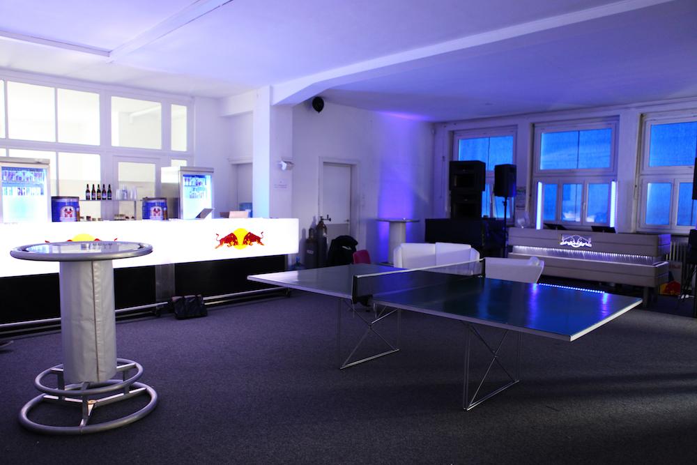 salle avec table de ping pong