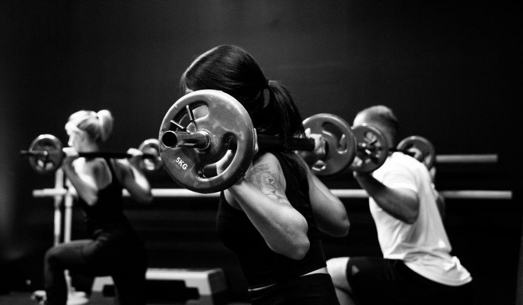 Photographie qui représente des gens qui font un cour de fitness avec des haltères. UX. Tests utilisateurs. Fitness. Antistatique agence web geneve lausanne