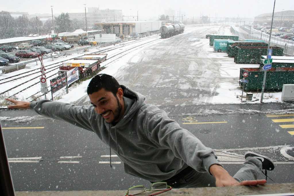 Photo d'Alberto Gomez sous la neige. Il est super content.