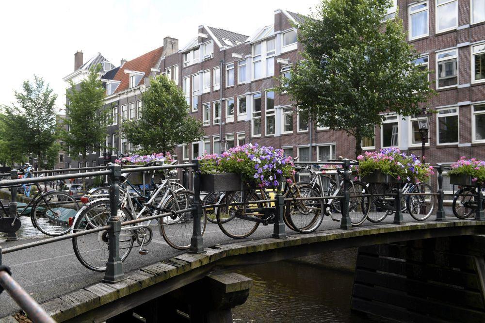 Des vélos sur un canal d'Amsterdam