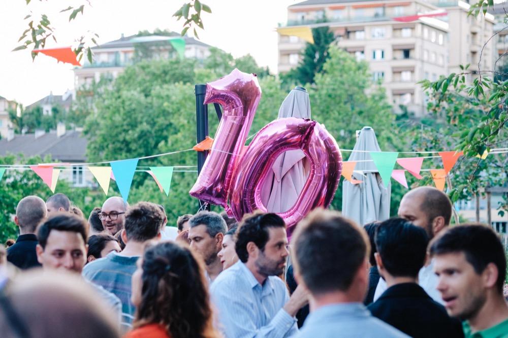 """Photographie de la foule durant la fête des 10 ans avec le ballon """"10 ans"""" au centre."""