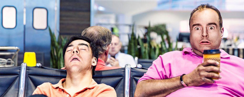 photo de quelqu'un qui dort et quelqu'un qui est surpris