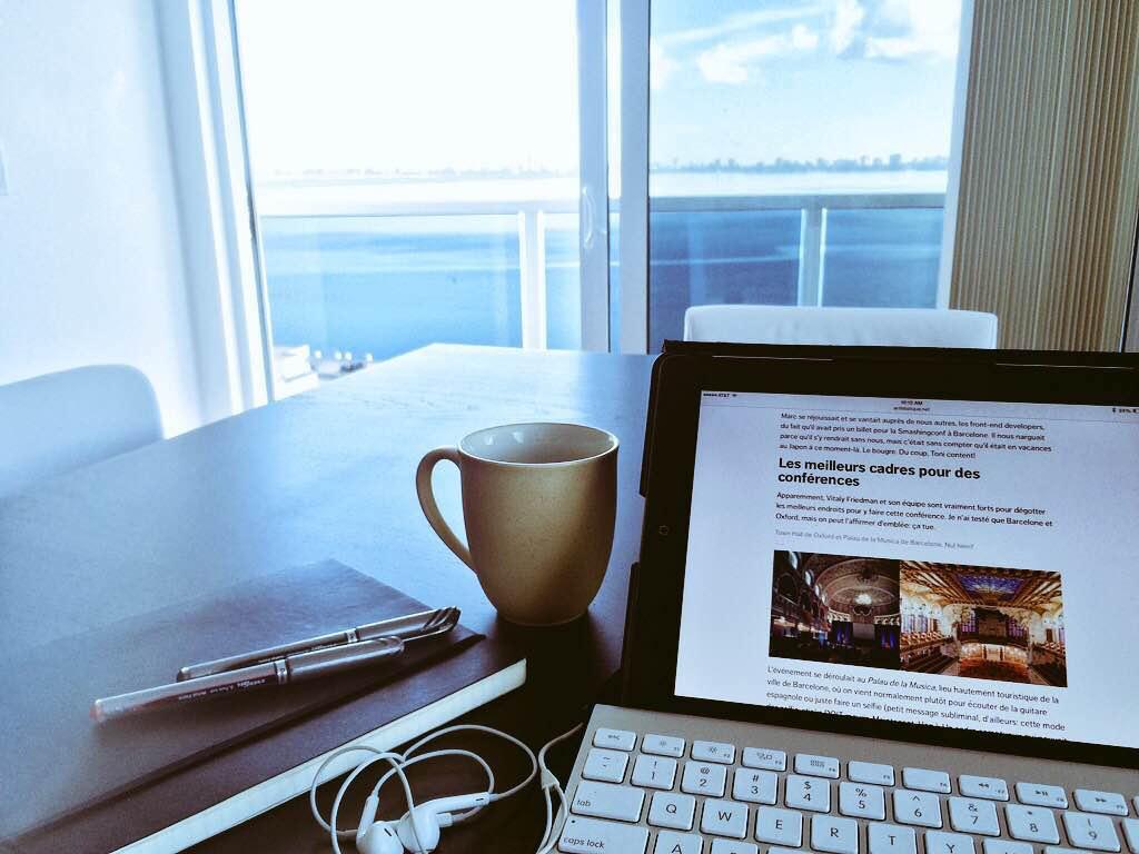 image ordinateur et tasse de café