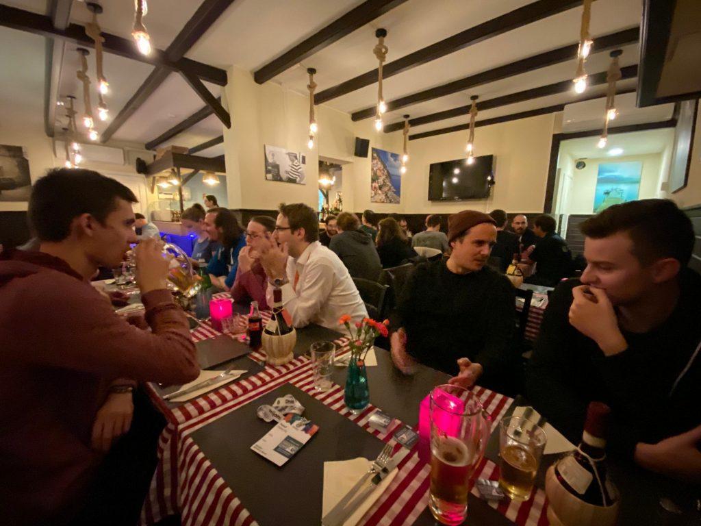 Photographie dans un restaurant local d'Amsterdam avec quelques participants Suisse de la Drupalcon 2019