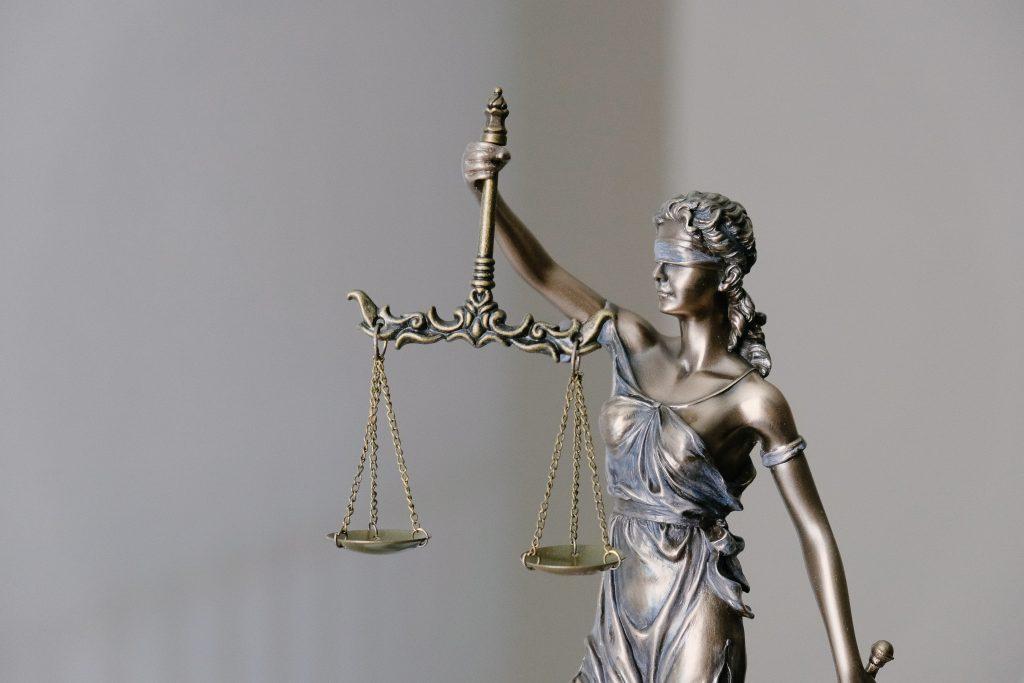 Statue avec les yeux bandés, tenant une balance qui représente la justice.